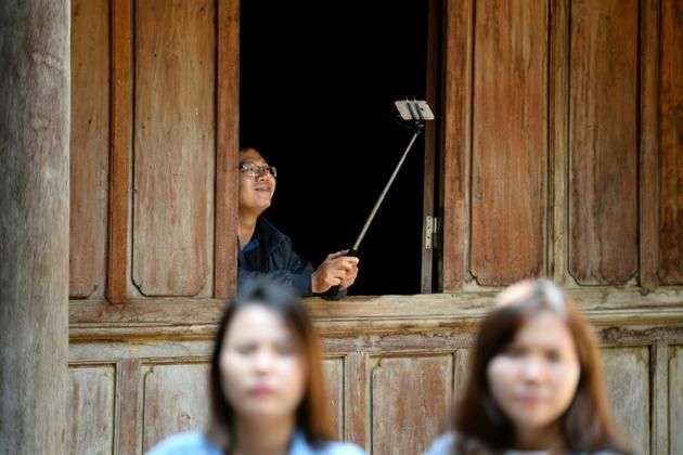 Des touristes visitent un ancien palais Hmong à Dong Van dans le nord du Vietnam, le 26 octobre 2018 [Nhac NGUYEN / AFP]