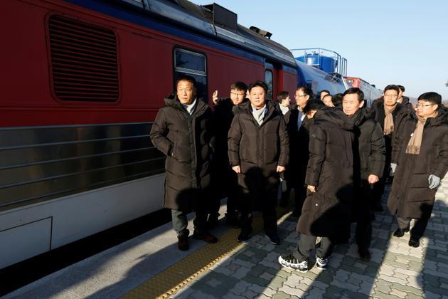 Des experts sud-coréens se préparent à un voyage en train exceptionnel en Corée du Nord pour étudier la possible reconnexion des réseaux ferrés des deux pays, le 30 novembre 2018 à la gare de Dorasan, à Paju [JEON HEON-KYUN / POOL/AFP]