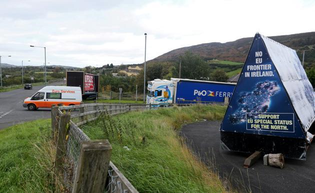 Une affiche favorable à l'absence de frontières sur une route entre l'Irlande du Nord et la République d'Irlande, le 9 octobre 2018 [Paul FAITH / AFP/Archives]
