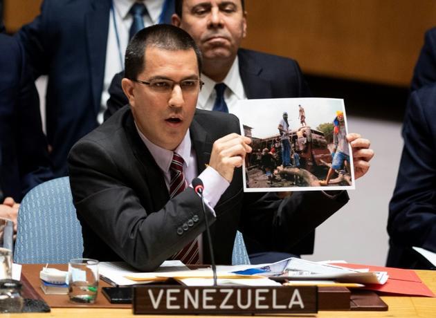 Le ministre vénézuélien des Affaires étrangères Jorge Arreaza montre des photos de présumés insurgés, lors d'une réunion du Conseil de sécurité de l'ONU, le 26 février 2019 à New York [Johannes EISELE / AFP]