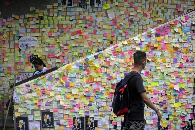 Des murs couverts de post-it avec des slogans déposés par des manifestants prodémocratie, le 2 juillet 2019 à Hong Kong [Vivek PRAKASH / AFP/Archives]