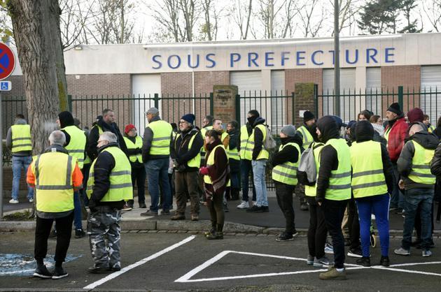 """Des """"gilets jaunes"""" devant la sous-préfecture de Calais, le 23 novembre 2018 [FRANCOIS LO PRESTI / AFP]"""