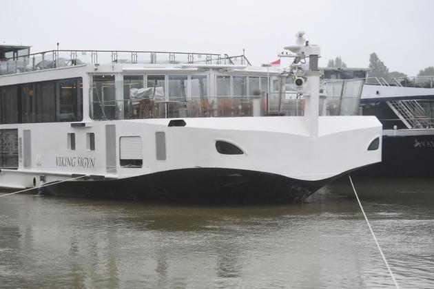 """L'avant endommagé du navire de croisière Sygin le 30 mai 2019, après une collision avec le bateau d'excursion """"Sirène"""" qui a coulé dans le Danube à Budapest, faisant au moins sept morts et 21 disparus. [ATTILA KISBENEDEK / AFP]"""