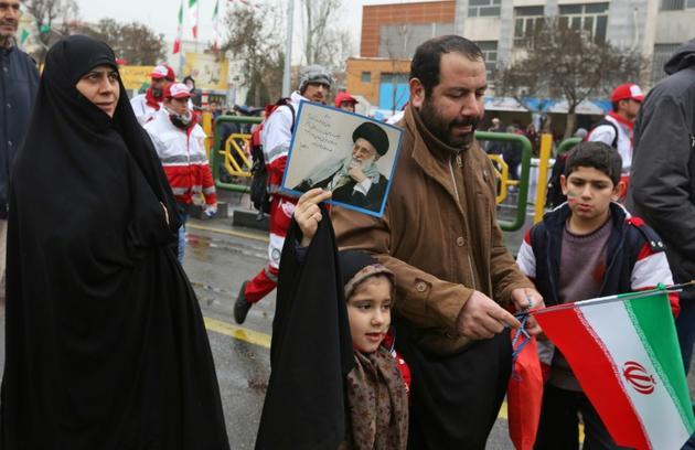 Une fillette iranienne brandit un portrait du guide suprême, l'ayatollah Ali Khamenei, lors des commémorations du 40e anniversaire de la Révolution islamique, le 11 février 2019 à Téhéran  [ATTA KENARE / AFP]