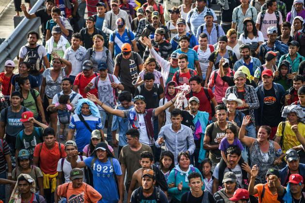 Des migrants en route vers les Etats-Unis sur la route qui relie Ciudad Hidalgo à Tapachula, au Mexique, le 21 octobre 2018 [Pedro Pardo                     / AFP]