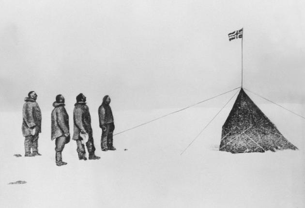L'explorateur Roald Amundsen et ses compagnons hissent le drapeau norvégien au pôle sud, qu'ils ont été les premiers à atteindre, le 14 décembre 1911 [elb/vl/cca / AFP]