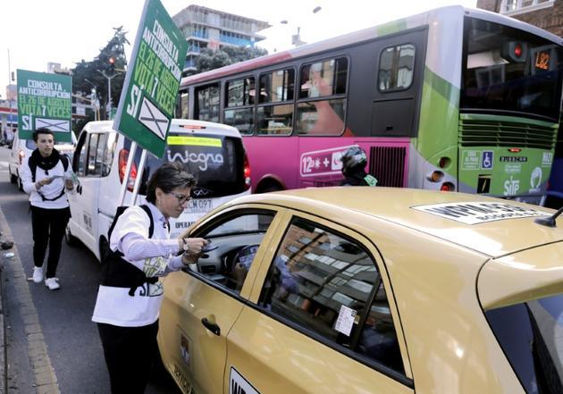L'ex-sénatrice Claudia Lopez, initiatrice de la consultation, milite dans une rue de Bogota, le 22 août 2018 [John VIZCAINO / AFP]