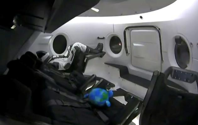 Ripley, le mannequin installé par SpaceX dans sa capsule Crew Dragon, peu avant le décollage le 2 mars 2019 depuis le Centre spatial Kennedy en Floride [HO / SPACEX/AFP]