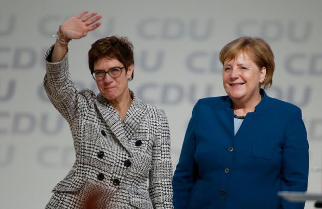 La chancelière allemande Angela Merkel (à droite) et sa dauphine Annegret Kramp-Karrenbauer, élue présidente de la CDU, le 7 décembre 2018 à Hambourg [Odd ANDERSEN / AFP/Archives]