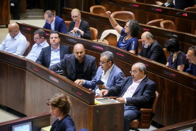 Le député arabe israélien Ahmed Tibi(première rangée, à droite) assiste à une session du Parlement avant le vote d'une loi controversée le 19 juillet 2018 [Marc Israel Sellem / AFP]