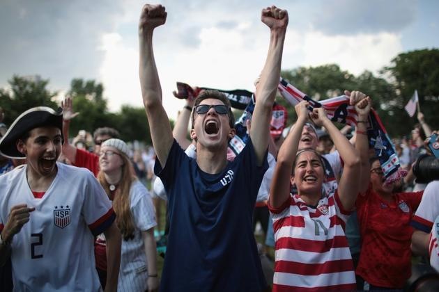 Supporters en liesse après avoir vu sur écran géant la victoire des Etats-Unis contre l'Angleterre en demi-finales du Mondial féminin de foot, au Lincoln Park, le 2 juillet 2019 à Chicago   [SCOTT OLSON / GETTY IMAGES NORTH AMERICA/AFP/Archives]