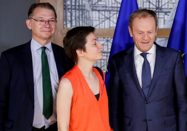 Le président du Conseil Donald Tusk (d) avec le vice-président du groupe des Verts au Parlement européen, Philippe Lamberts (g), et la députée européenne allemande Ska Keller (c, le 19 juin 2019 à Bruxelles [Stephanie LECOCQ / POOL/AFP/Archives]