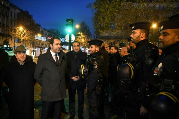 De gauche à droite, le préfet de police de Paris Michel Delpuech, le ministère de l'Intérieur Christophe Castaner et son secrétaire d'Etat Laurent Nunez auprès des forces de l'ordre à Paris, au matin de la journée de mobilisation du 8 décembre 2018 [Alain JOCARD / AFP]