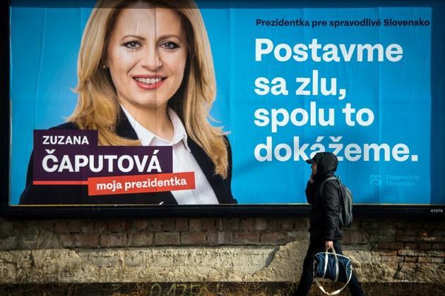 Le portrait de la candidate à la présidentielle Zuzana Caputova sur une affiche électorale dans une rue de Bratislava, le 13 mars 2019 en Slovaquie [VLADIMIR SIMICEK / AFP]
