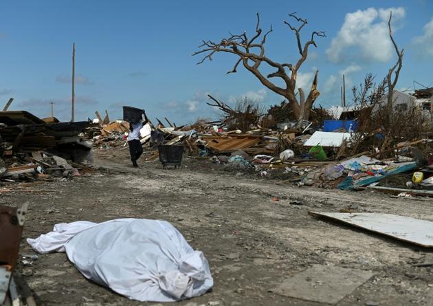 Un habitant de Marsh Harbour, aux Bahamas, récupère des débris après le passage de l'ouragan Dorian, le 10 septembre 2019 [ANDREW CABALLERO-REYNOLDS / AFP]