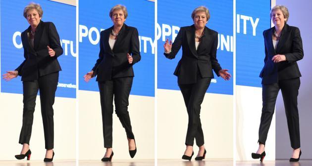 La Première ministre britannique Theresa May esquissant des pas de danse avant son discours en clôture du congrès des Tories à Birmingham, le 3 octobre 2018  [Oli SCARFF / AFP]