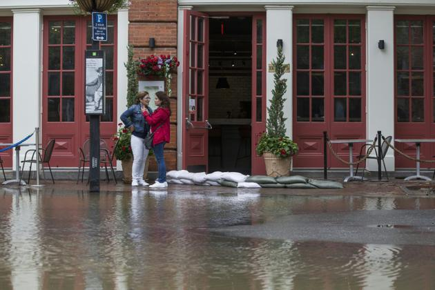 Les eaux du Potomac ont commencé à envahir les rues d'Alexandria, près de Washington, le 11 septembre 2018 [ZACH GIBSON / AFP]