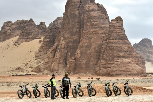 Des touristes visitent à vélo Al-Ula, en Arabie saoudite, le 5 janvier 2019 [Fayez Nureldine / AFP]