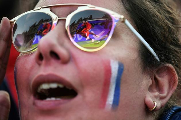 </p> <p>Plus de 20.000 supporters des Bleus, massés devant un écran géant sur la place de l'Hôtel de ville, ont chanté la Marseillaise d'une seule voix au coup de sifflet final [Eric FEFERBERG / AFP]
