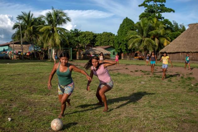 De jeunes femmes indigènes Arara jouent au football au camp de la tribu Laranjal, en Amazonie brésilienne, le 15 mars 2019 [Mauro Pimentel / AFP]
