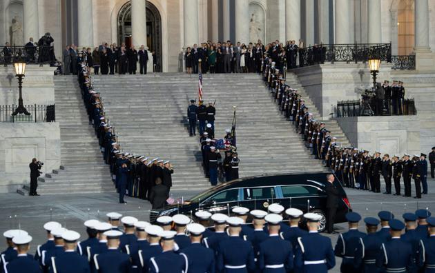 Le cercueil du 41e président des Etats-Unis, George Herbert Walker Bush, est transporté à l'intérieur du Capitole à Washington, le 3 décembre 2018 [SAUL LOEB / AFP]