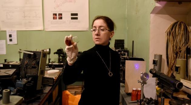 Marika Tarasachvili dans son laboratoire à Tbilissi, le 26 février 2019 [Vano SHLAMOV / AFP]