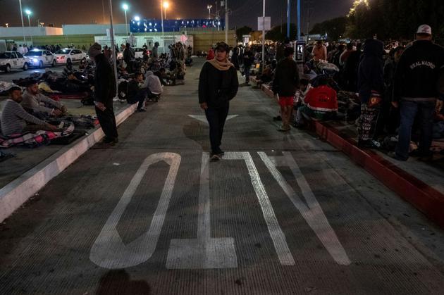 Un groupe de migrants d'Amérique centrale devant un point de passage à la frontière entre les Etats-Unis et le Mexique, à Tijuana, côté mexicain, le 22 novembre 2018 [Guillermo Arias / AFP]