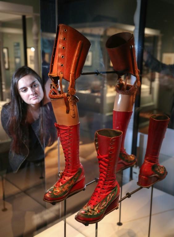 La prothèse de jambe de Frida Kahlo et ses chaussures exposées au Victoria & Albert Museum de Londres, le 13 juin 2018 [Daniel LEAL-OLIVAS / AFP]