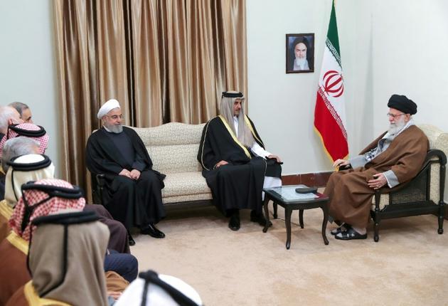 Photo obtenue du site web du guide suprême iranien Ali Khamenei (d) rencontrant l'émir du Qatar Tamim ben Hamad al-Thani (c) en présence du président iranien Hassan Rohani, le 12 janvier 2020 à Téhéran [- / IRANIAN SUPREME LEADER'S WEBSITE/AFP]