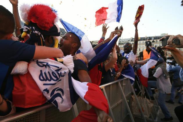 La joie des supporteurs français a éclaté lors du but de Samuel Umtiti, ici à Paris, le 10 juillet 2018 [Eric FEFERBERG / AFP]