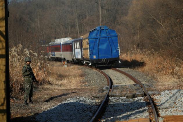 Un train transporte des experts sud-coréens pour étudier la possible reconnexion des réseaux ferrés des deux pays, le 30 novembre 2018 dans la zone démilitarisée séparant les deux Corées [KIM HONG-JI / POOL/AFP]