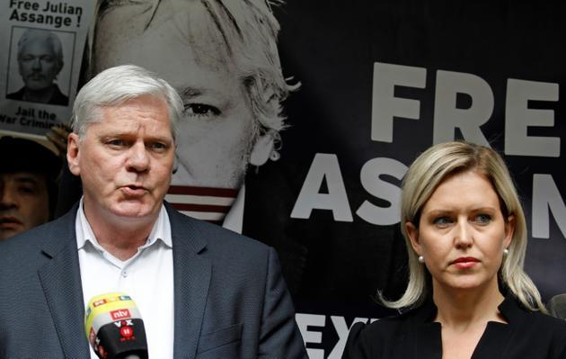 Le rédacteur en chef de WikiLeaks, Kristinn Hrafnsson (G) et l'avocate Jennifer Robinson, s'adressent aux journalistes devant le tribunal de Southwark à Londres le 1er mai 2019 [Tolga AKMEN / AFP]