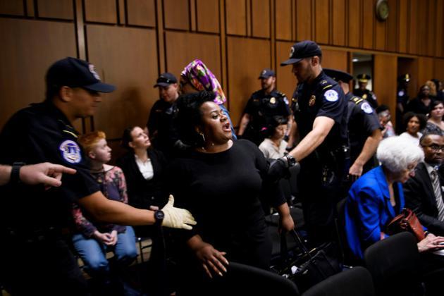 Des manifestants sont évacués du Sénat lors de l'audition de Brett Kavanaugh, candidat de Trump à la Cour suprême, le 4 septembre 2018 à Washington [Brendan Smialowski / AFP]