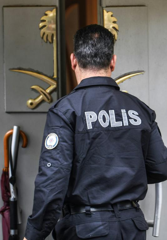 Un policier turc devant l'entrée du consulat saoudien à Istanbul le 11 octobre 2018. [OZAN KOSE / AFP]