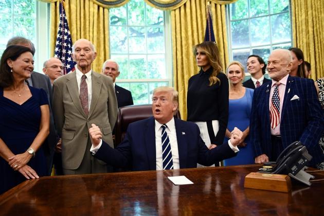 Donald Trump et la Première dame Melania Trump dans le Bureau ovale avec Michael Collins (à gauche), Buzz Aldrin et leurs familles le 19 juillet 2019 [Brendan Smialowski / AFP]