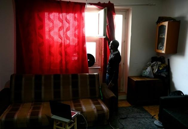 Lamin, un Gambien âgé de 23 ans, dans l'appartement qu'il occupe en banlieue de Moscou, le 27 février 2019 [Mladen ANTONOV / AFP/Archives]
