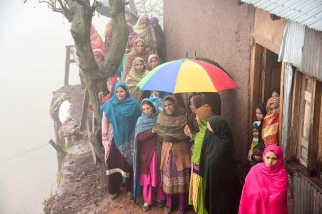 Des Pakistanais du Cachemire assistent le 2 mars 2019 près de Muzaffarabad aux funérailles d'une victime civile de combats entre soldats indiens et pakistanais [SAJJAD QAYYUM / AFP]