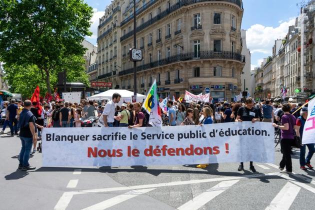 Des enseignants opposés aux réformes du ministre de l'Education Jean-Michel Blanquer manifestent le 17 juin 2019 rue du Bac à Paris [STR / AFP/Archives]