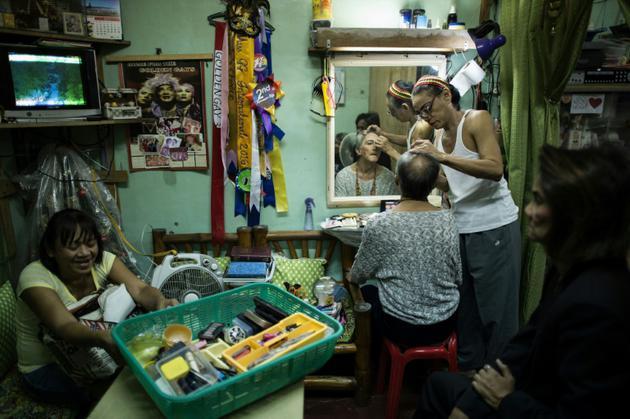 Frederico Ramasamy, 60 ans, membre des Golden Gays, se fait maquiller avant de participer à un concours de beauté, le 16 juin 2018 à Manille, aux Philippines [NOEL CELIS / AFP]