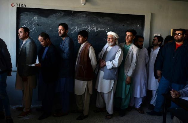 Des Afghans font la queue pour voter lors des législatives, le 20 octobre 2018 à Mazar-i-Sharif [FARSHAD USYAN / AFP]