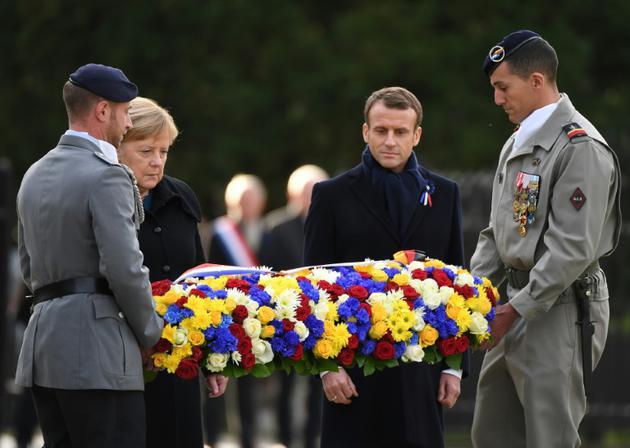 La chanelière allemande Angela Merkel et le président français Emmanuel Macron déposent une gerbe à Rethondes, en France, le 10 novembre 2018 dans le cadre des commémorations du centenaire de l'armistice de la Première guerre mondiale. [Alain JOCARD / AFP]