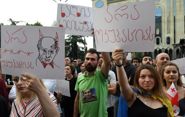 Manifestants anti-russes devant le Parlement, à Tbilissi le 23 juin 2019 [Vano Shlamov / AFP]