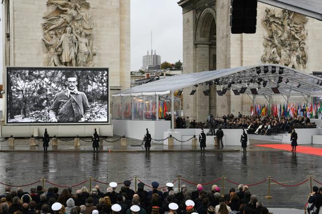 Des photos de soldats de la Première Guerre Mondiale diffusés sur écran géant pendant la cérémonie pour le Centenaire de l'Armistice, à Paris le 11 novembre 2018 [Eric FEFERBERG / AFP]