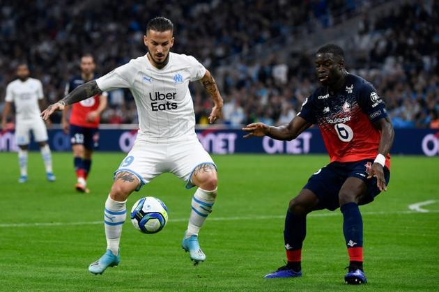 L'attaquant argentin de l'OM Dario Benedetto (g) face au défenseur lillois Adama Soumaoro le 2 novembre 2019 à Marseille [Christophe SIMON / AFP]