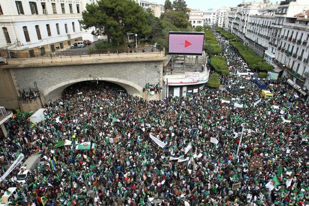"""Manifestation contre le """"système"""", le 5 avril 2019 à Alger [- / AFP]"""