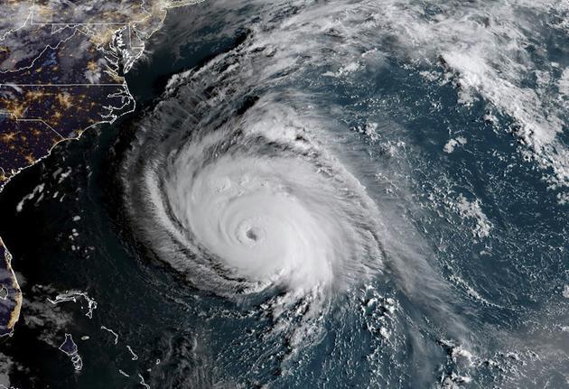 Cette photo du satellite NOAA/RAMMB prise le 12 septembre 2018 à 10H00 GMT montre l'ouragan Florence s'approcher des côtes américaines [HO / NOAA/RAMMB/AFP]