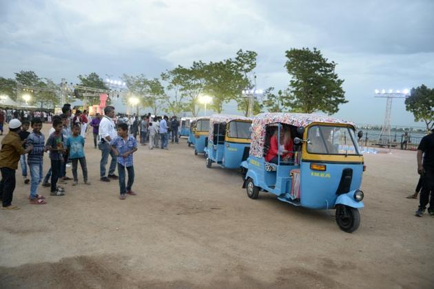 Des employés d'Ikea dans des rickshaws motorisés peints aux couleurs du groupe suédois pour faire sa promotion avant l'ouverture de son premier magasin en Inde, à Hyderabad, le 5 juillet 2018 [NOAH SEELAM / AFP/Archives]