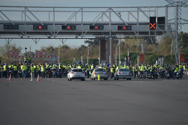 """Des """"gilets jaunes"""" bloquent le péage de Muret, près de Toulouse, le 24 novembre 2018 [Pascal PAVANI                        / AFP]"""