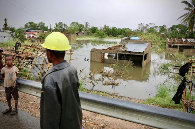 Des habitants près du village inondé de Tica, dans le centre du Mozambique, le 19 mars 2019, après le passage du cyclone Idai [ADRIEN BARBIER / AFP]