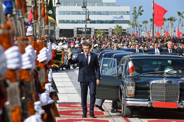 Le président français Emmanuel Macron arrive à la gare de Tanger, dans le nord du Maroc, le 15 novembre 2018, pour l'inauguration d'une ligne de train à grande vitesse [Christophe ARCHAMBAULT / POOL/AFP]